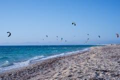 Kitesurfers на пляже в Греции Стоковая Фотография