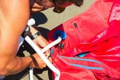 Kitesurfers на пляже подготавливает оборудование спорта для ехать Стоковая Фотография RF