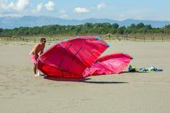 Kitesurfers на пляже подготавливает оборудование спорта для ехать Стоковая Фотография
