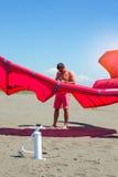 Kitesurfers на пляже подготавливает оборудование спорта для ехать Стоковое Фото
