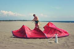 Kitesurfers на пляже подготавливает оборудование спорта Стоковое фото RF