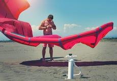 Kitesurfers на пляже подготавливает оборудование спорта Стоковые Изображения RF