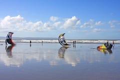 Kitesurfers на пляже Стоковые Изображения