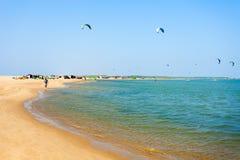 Kitesurfers на пляже Kalpitiya Стоковое Изображение RF