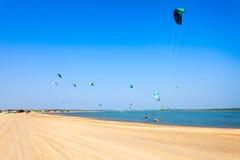 Kitesurfers на пляже Kalpitiya Стоковые Изображения RF