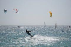 Kitesurfers на Тарифе Испания Стоковые Фотографии RF