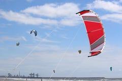 Kitesurfers на Aberavon, Уэльсе Стоковая Фотография RF