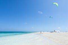 Kitesurfers подготавливая на тропическом пляже, Окинава, Япония Стоковая Фотография RF