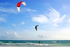Kitesurfers lizenzfreies stockfoto