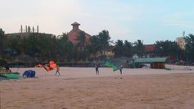 Kitesurfers-Abschlussbasis auf Strand stock video footage