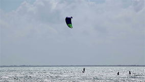 Kitesurfers auf dem Wind im karibischen Meer stock video