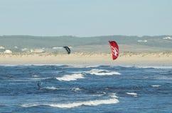 Kitesurfers av den Gamboa stranden i Peniche Portugal Arkivfoton