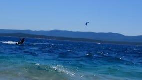 Kitesurfers cerca de la playa almacen de video