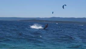 Kitesurfers cerca de la playa almacen de metraje de vídeo