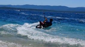 Kitesurfers cerca de la playa metrajes