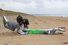 Kitesurfers, das Drachen vorbereitet Stockbilder