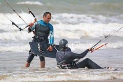 Kitesurfers in de golven Stock Foto