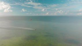 Kitesurfers in de lagune op het noorden van Isla Blanca enkel van Cancun, Mexico stock video
