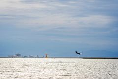 Kitesurfers in der Lagune stockfoto