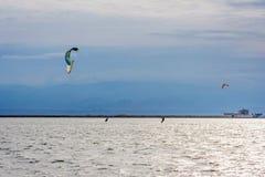 Kitesurfers in der Lagune stockbild