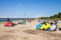 Kitesurfers en la playa prepara el equipo de deporte Foto de archivo libre de regalías