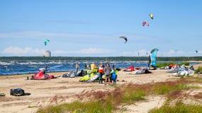 Kitesurfers en la playa prepara el equipo para montar Imagen de archivo