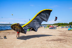 Kitesurfers en la playa prepara el equipo para montar Fotos de archivo