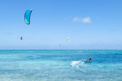 Kitesurfers na água tropical azul clara da lagoa, Okinawa, Japão imagens de stock