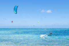 Kitesurfers na jasnej błękitnej tropikalnej laguny wodzie, Okinawa, Japonia Obrazy Stock