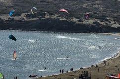 Kitesurfers nas ondas do mar Mediterrâneo Fotos de Stock Royalty Free