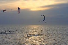 Kitesurfers no por do sol Fotografia de Stock