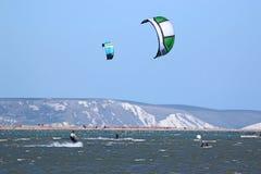 Kitesurfers no porto de Portland foto de stock