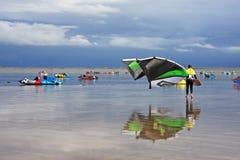 Kitesurfers op een strand Stock Afbeelding