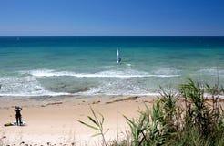 Kitesurfers op Marbella strand in zuidelijk Spanje Stock Afbeelding