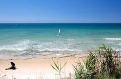 Kitesurfers op Marbella strand in zuidelijk Spanje Stock Foto