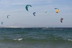Kitesurfers op Tarifa spanje Royalty-vrije Stock Foto's