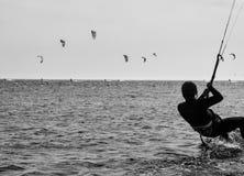 Kitesurfers som ut tillsammans hänger och har gyckel Royaltyfria Foton