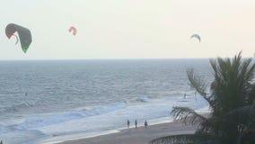 Kitesurfers-Strand stock video