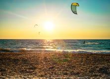 kitesurfers und Sonnenuntergangaufflackern Lizenzfreie Stockbilder