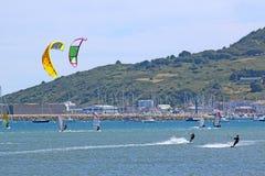 Kitesurfers w Portlandzkim schronieniu Fotografia Royalty Free