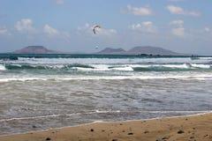 Kitesurfers weg vom Strand stockbilder