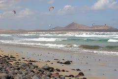 Kitesurfers weg vom Strand lizenzfreie stockfotos
