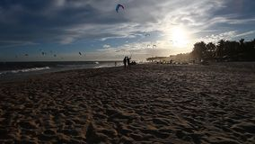 Kitesurfers zur Sonnenuntergangzeit stock video