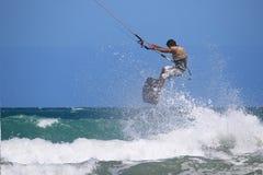 Kitesurfervliegen uit het water Royalty-vrije Stock Foto