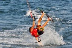 Kitesurfing在夏天 免版税库存图片