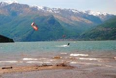 Kitesurfing在科利科 意大利 免版税库存图片