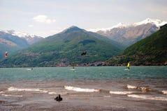 Kitesurfing在科利科 意大利 库存照片