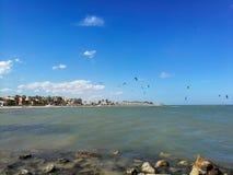 Kitesurfing在西班牙海滩的晚上 免版税库存图片