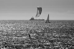 kitesurfing大的海洋 免版税库存图片