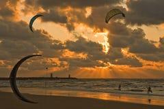 kitesurfing的日落 库存照片